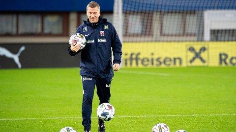 Leif Gunnar Smerud leder Norges nødlandslag i kveldens helt avgjørende Nations League-kamp mot Østerrike.