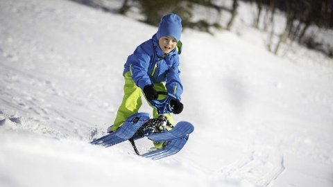 Har du utstyret på plass til årets utelek? På bildet ser du en Stiga snowracer.