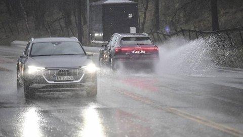 Det er store vannmasser i veibanen flere plasser i Bergen onsdag.