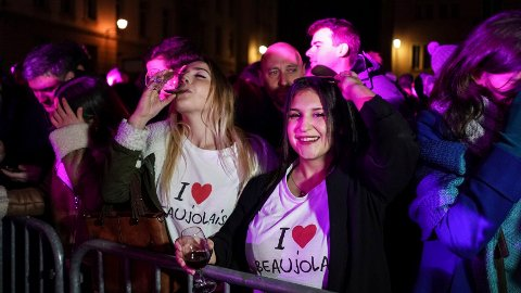 STOR STAS: Begeistring og fest under det årlige slippet av den franske vinen Beaujolais Nouveau. Her fra 2019-slippet, tidlig om morgenen, torsdag 21. november i sentrum av Lyon.
