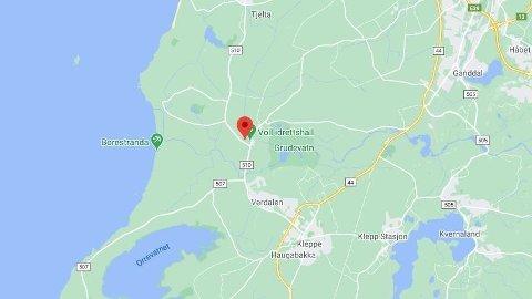 En person er fastklemt etter en trafikkulykke ved Voll idrettsanlegg i Rogaland.