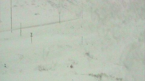 Det er dårlig sikt og vanskelige kjøreforhold på Haukelifjell søndag formiddag.