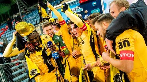 GLIMT I GULL: Det er lov å feire ellevilt! Bodø/Glimt ble det første laget fra Nord-Norge som tok hjem seriemesterskapet i norsk toppfotball. Foto: Fredrik Varfjell / NTB