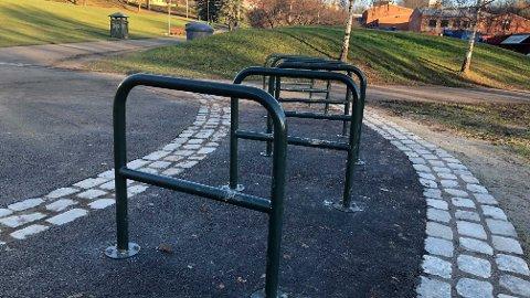 REAKSJONER: Det er disse sykkelstativene i bydel Sagene som får kritikk.