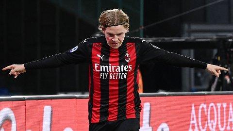 Jens Petter Hauge feirer scoringen sin mot Napoli.