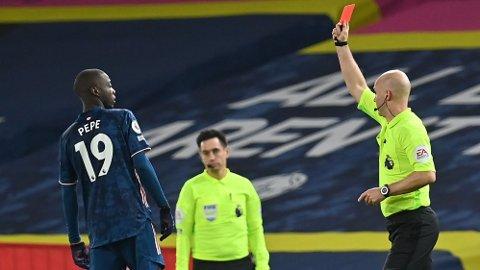 Nicolas Pepe (t.v.) ble utvist mot Leeds i helgen, men han kan spille i Europa League. Det var det første røde kortet til Pepe noensinne.