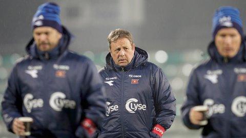 Viking-trener Bjarne Berntsen (i midten) er ferdig i klubben etter årets sesong.