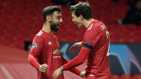 Manchester Uniteds Bruno Fernandes feirer scoringen motIstanbul Basaksehir sammen med Victor Lindelöf. Vi tror United-spillerne kan få mer å juble for søndag.