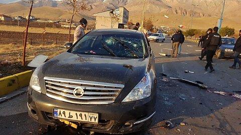 Den iranskeatomforskeren Mohsen Fakhrizadeh ble fredag drept i et attentat i den iranske hovedstaden Teheran. Bilen han satt i er full av kulehull. Til høyre på asfalten ligger det store mengder blod og flere bildeler. Det er ennå uvisst hvem som står bak likvideringen.