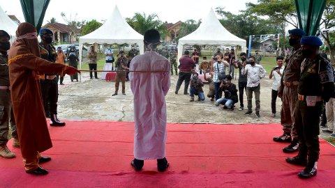 Selve piskingen av mannen ble utført av en maskert sharia-offiser.
