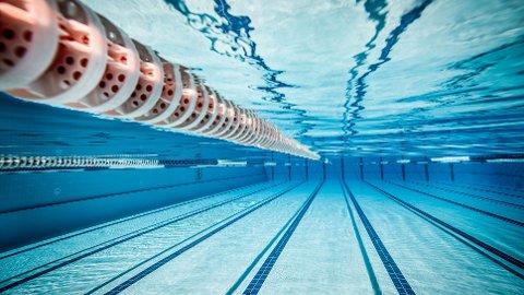 Mannen var tilknyttet en skole i Oslo, og hadde blant annet tatt minst 100 bilder av helt eller delvis nakne barn i tilknytning til svømmeundervisning.