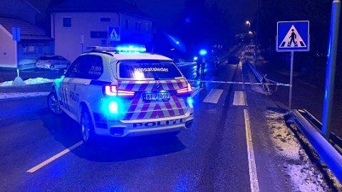 KRITISK SKADET: En jente er vurdert som kritisk skadet etter å ha blitt påkjørt av en bil langs Trondheimsvegen på Jessheim. Foto: Vidar Sandnes