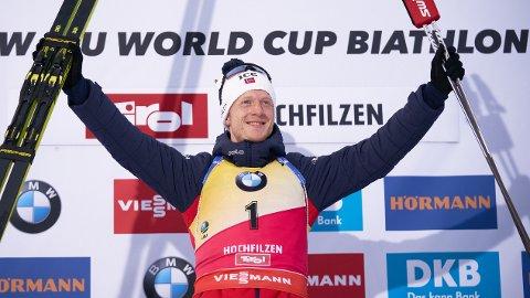 Johannes Thingnes Boe på toppen av seierspallen etter fjorårets jaktstart i Hochfilzen. I dag jakter han sin fjerde strake sprintseier i Hochfilzen.