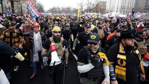 Tusenvis av president Donald Trumps støttespillere, blant dem flere tilhengere av ytre høyre-gruppa Proud Boys, samlet seg lørdag i støtte til presidentens forsøk på å omgjøre valgresultatet. Flere ble knivstukket i sammenstøt i kjølvannet av demonstrasjonen i Washington, opplyser politiet til Washington Post. Foto: Luis M. Alvarez / AP / NTB