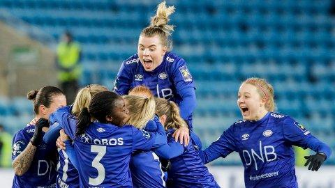 Vålerengas Marie Dølvik Markussen jubler med lagvenninner etter 0-2 målet under cupfinalen i fotball mellom LSK kvinner og Vålerenga på Ullevaal Stadion i Oslo.