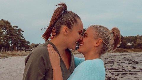 FORELSKET: Det er ingen tvil om at lykken smiler for Camilla Lorentzen og Julie Visnes, som det siste halvåret har blitt både kjærester og forlovet.