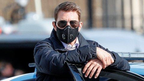 STRENG: Tom Cruise har selv tatt ansvar for at ikke innspillingen skal måtte utsettes ytterligere. Her avbildet i Roma med munnbind.