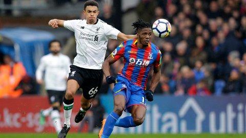Wilfried Zaha (t.v.) har laget trøbbel for Liverpool tidligere, men vi tror at Liverpools Trent Alexander-Arnold vinner duellen mot spissen fra Elfensbenskysten lørdag.