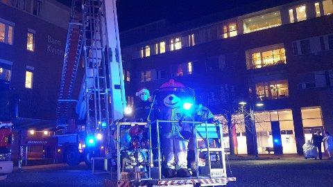 Brannvesenet har eskortert Brannbamsen Bjørnis og julegaver til barna på Rikshospitalet.