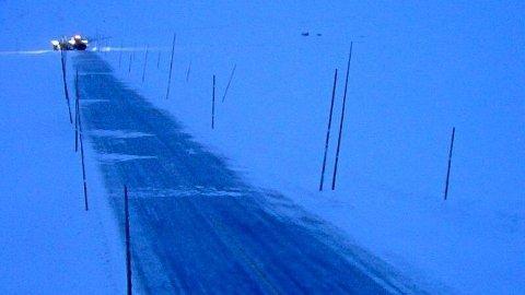 Det er godt med snø og vind på riksvei 7 over Hardamngervidda.