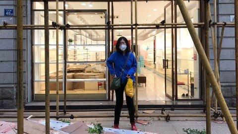 I dette bildet fra april står Zhang Zhen utenfor en butikk under et besøk til Wuhan.