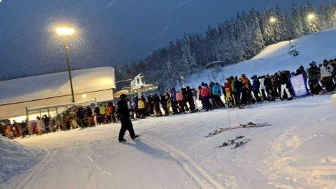 Folk sto tett i tett i køen nederst i Tårnbakken på Tryvann tirsdag ettermiddag, 29. desember. Foto: Leserfoto