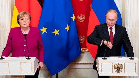 Stemningen virker ikke veldig munter ut her, men nå strekker Russlands president Vladimir Putin ut en hånd til Tysklands forbundskansler Angela Merkel.