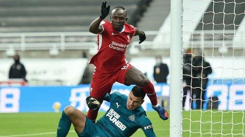 STRAFFE? Sadio Mané fikk akkurat ikke en fot på ballen før den ble klarert, ti minutter før slutt i oppgjøret mot Newcastle.