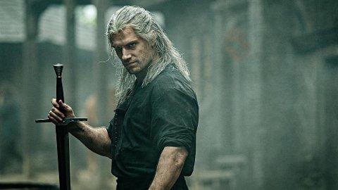 The Witcher, med Henry Cavill i hovedrollen, er med på lista over de beste seriene fra året som gikk.