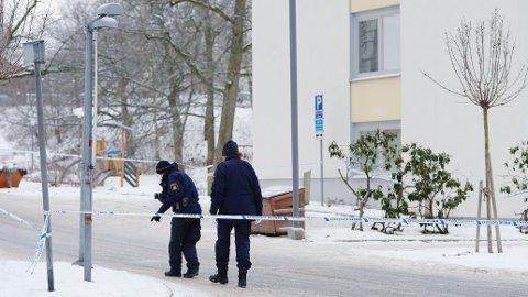 Politiet på åstedet for et drap i Farsta i Stockholm i 2016. 52 drap i den svenske hovedstaden, begått fra 2015 til og med 2019, er ikke oppklart.