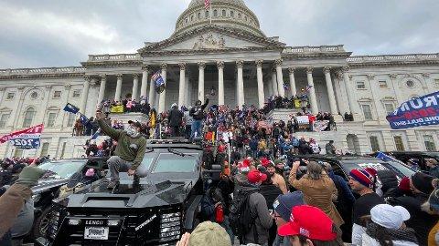 DEMONSTRASJONER: Den amerikanske folkevalgte forsamlingen ble stormet av Donald Trump-supportere.
