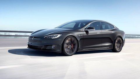 Tesla Model S (bildet) er en av dem den amerikanske føderale etaten NHTSA krever at Tesla trekker tilbake.
