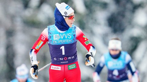 OVERLEGEN: Therese Johaug ser seg tilbake under skiathlon i Granåsen. Hun fikk luke til de andre konkurrentene før minuttet var passert.