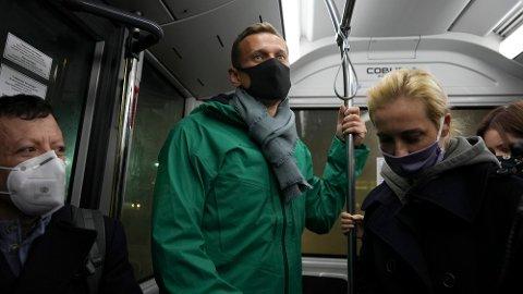 Aleksej Navalnyj og kona Yulia på bussen på Sjeremetjevo-flyplassen i Moskva. I 19-tiden norsk tid melder nyhetsbyrået AFP at opposisjonspolitikeren er pågrepet.