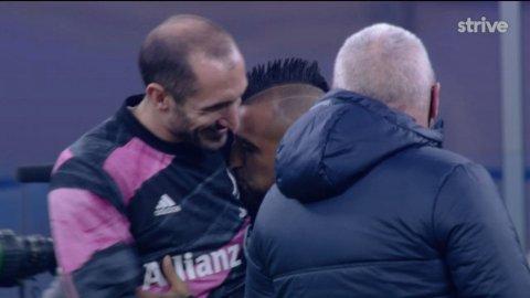 KJÆRLIG: Arturo Vidal ble i overkant intim med motstander Juventus sitt klubbemblem, før kampen mellom hans tidligere klubb og nåværende lag Inter.