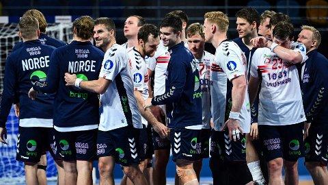 De norske spillerne jubler etter seieren mot Sveits i VM.