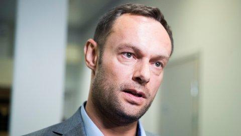 SKJENKEKRANGEL: SV-nestleder Torgeir Knag Fylkesnes mener Bent Høie oppfører seg snurt i møte med Stortingets vedtak om skjenkeforbudet.