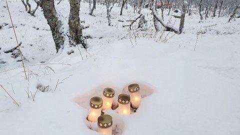 MINNESMARKERING: Lys ved ruinene etter hyttebrannen på Risøyhamn i Andøy kommune natt til lørdag 16. januar. Fem personer mistet livet.