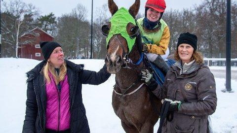 Skyhawk og Emma Nordin etter sin flotte seier på Bro Park forrige søndag. Foto: Svensk Galopp