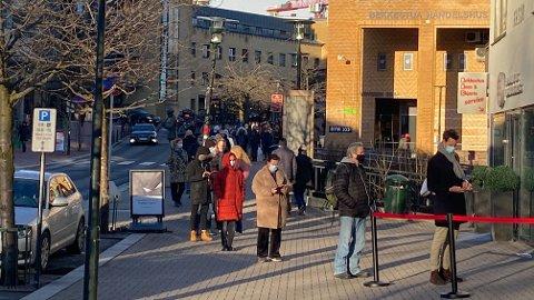 TØRST I KØEN: Her på Bekkestua i Bærum var det stor pågang ved polutsalget lørdag formiddag etter at Vinmonopol-butikkene ble stengt i Oslo på lørdag.