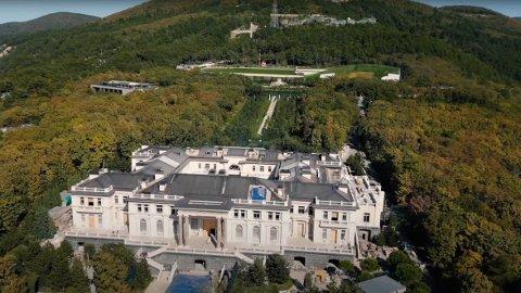 Aleksej Navalnyj hevder at Russlands president Vladimir Putin eier dette digre palasset.