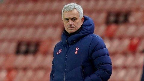STØTTENDE ORD: Jose Mourinho kommer med støttende ord til Frank Lampard.