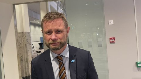 Helse- og omsorgsminister Bent Høie strekker ut en hånd til eldre som har vært ensomme under koronatiden.