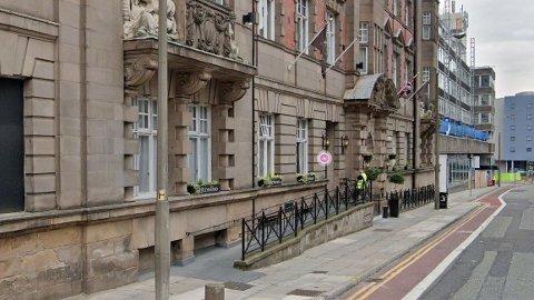 Politiet måtte raide dette hotellet i Liverpool etter at mange festet ulovlig.