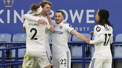 Patrick Bamford, Luke Ayling og Helder Costa feirer 3-1-scoringen til Jack Harrison i helgens bortekamp mot Leicester. Vi tror Leeds-spillerne kan få mer å juble for hjemme på Elland Road onsdag.