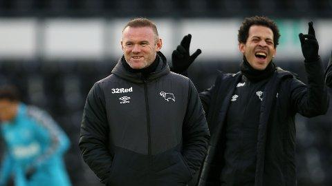 Manager Wayne Rooney har forsterket Derby County-laget før siste halvdel av sesongen. Her er han sammen med assistent-manager Liam Rosenior.