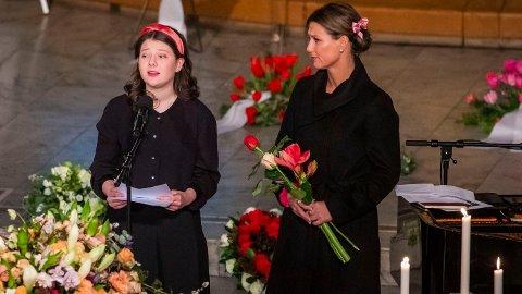 ÅPNER OPP: Prinsesse Märtha Louise åpner opp om dagen da Ari gikk bort. Her sammen med sin datter Maud Angelica under Aris begravelse.