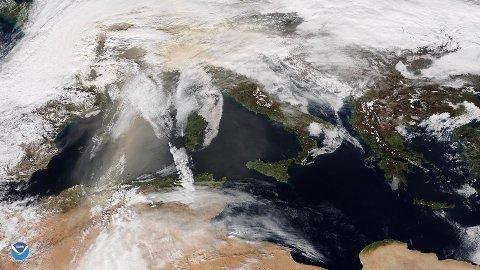 SAND FRA SAHARA: Dette satellittbildet tatt 6. februar viser oransje skyer med sandstøv som beveger seg fra kysten av Algerie nordover mot Sør- og Sentral-Europa. Ifølge britiske meteorologer kan sandstøv fra Sahara bevege seg så langt nord som til Storbritannia.