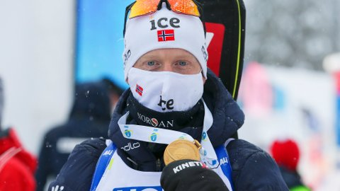Johannes Thingnes Bø innledet VM med gull på mixed stafetten onsdag. Fredag jakter han VM-gull på sprinten i Pokljuka. Foto: Primoz Lovric / NTB