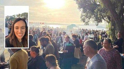Bildet viser en stor samling med mennesker under nasjonaldagen til New Zealand, 6 februar.